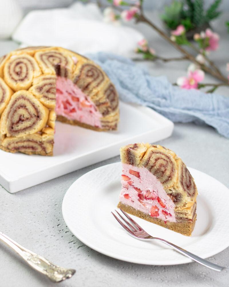 Die Erdbeer-Charlotte ist ein toller Kuchen mit viel Erdbeeren und wenig Zucker.