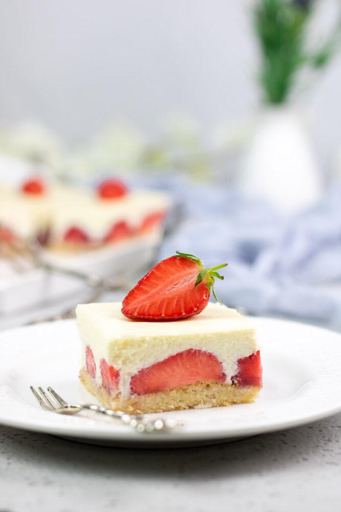 Die weiße Schoko-Mousse-Torte ist ohne Zucker, ohne Gluten und ohne Mehl.
