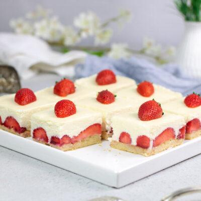 Die weiße Schoko-Mousse-Torte mit Erdbeeren ist ein Mix aus Torte und Dessert.
