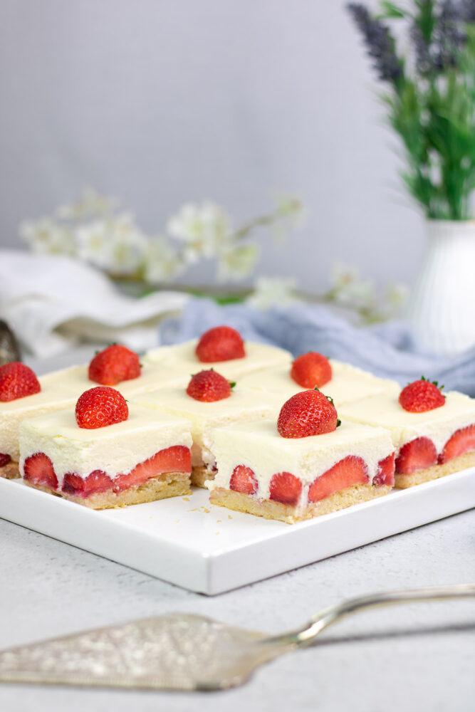 Super lecker und erfrischend schmeckt die weiße Schoko-Mousse-Torte