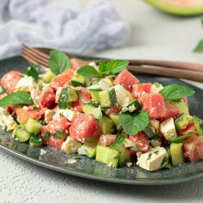 Der Gurken-Melonen-Salat ist lecker, erfrischend und perfekt für den Sommer!