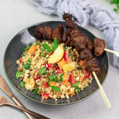 Der falsche Bulgur-Salat ist aus Blumenkohl. Er wurde orientalisch gewürzt mit Mandeln, Minze und Pfirsich. Dazu gibt es eingelegte Lammspieße