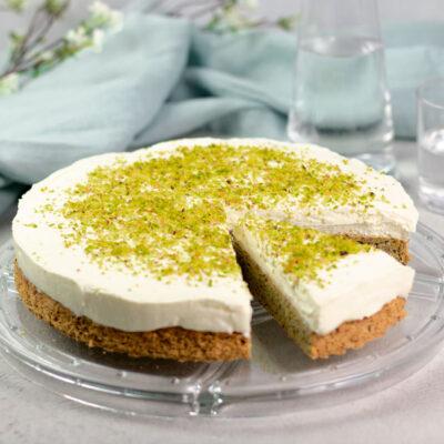 Die Pistazien-Käsesahne ist ein leckerer Kuchen zum Kaffee. Im Boden finden sich gemahlene Pistazien sowie als Dekoration auf dem Kuchen