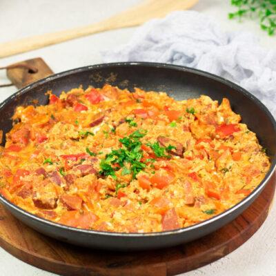Menemen, das türkische Rührei ist lecker, super deftig und schmeckt nicht nur zum Frühstück