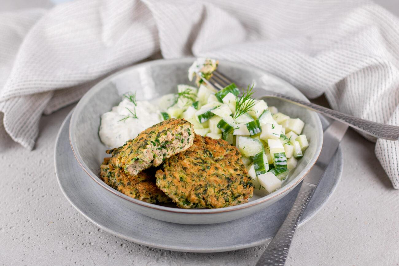 Lachsfrikadellen mit einem Kohlrabi-Gurkensalat