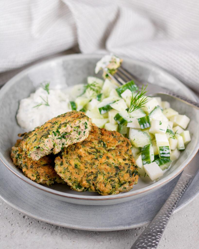 Leckere Fischfrikadellen mit Kohlrabi-Gurken-Salat