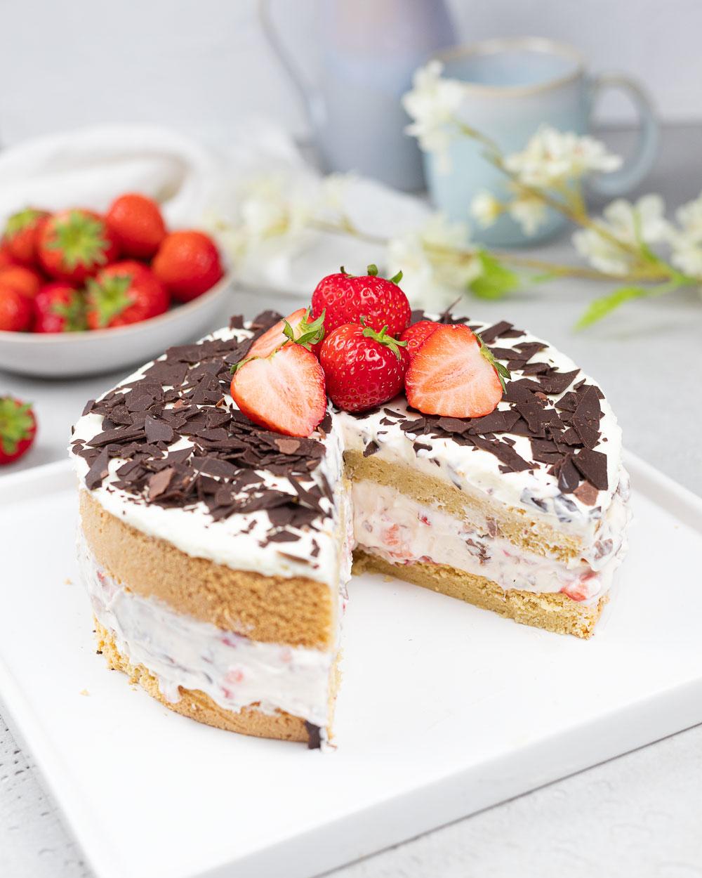 Low Carb Stracciatella-Erdbeer-Torte
