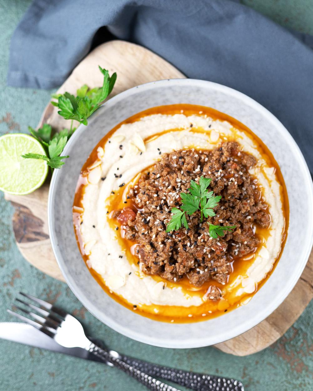 Low Carb Hummus mit Hamshuka
